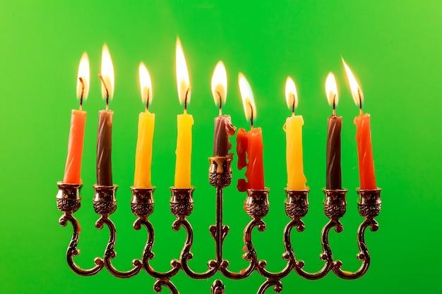 Festa ebraica hanukkah con menorah tradizionale e trottola dreidels in legno. sovrapposizione di glitter