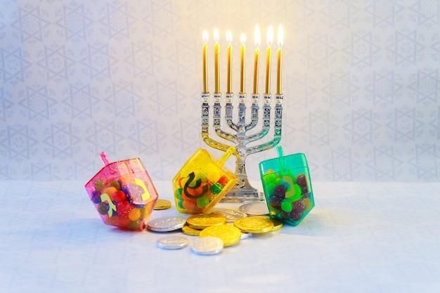 Festa ebraica hanukkah con menorah, dreidels di legno celebrazione delle candele di hanukkah