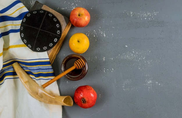 Festa ebraica miele e mele con il libro del torah del melograno, kippah un talam di yamolka