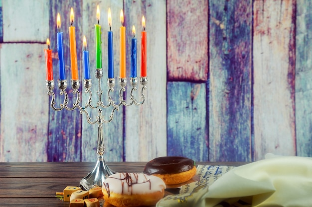 Immagine festa ebraica di sfondo festa ebraica hanukkah con candelabri tradizionali menorah e b...