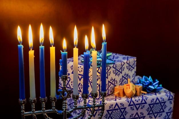 Festa ebraica festa ebraica di hanukkah con candele accese di menorah.