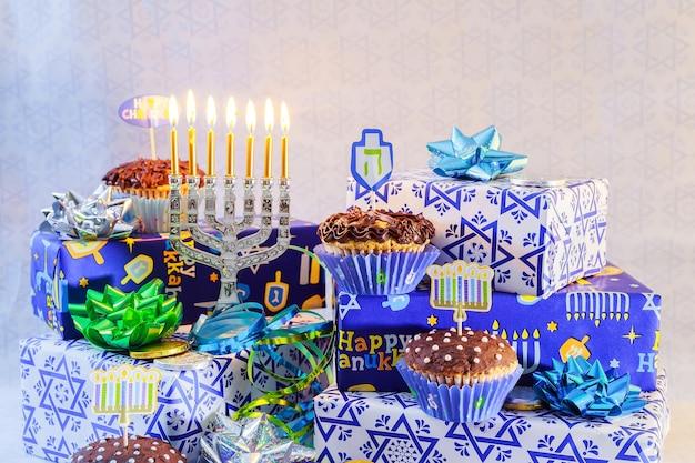 Festa ebraica festa ebraica hanukkah con menorah candelabri tradizionali e dreidels in legno trottola