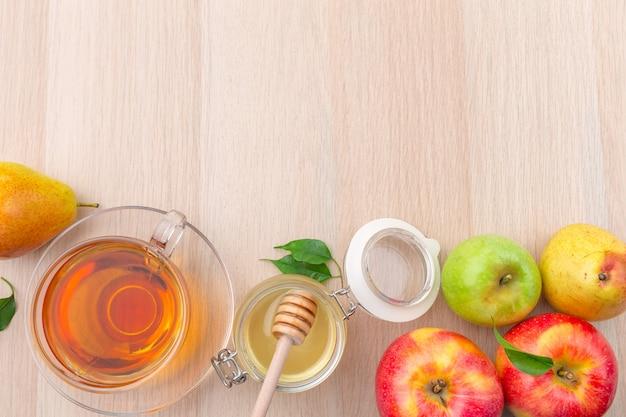 Fondo di rosh hashanah di festa ebrea con miele e mele sulla tavola di legno.