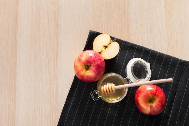 Festa ebrea rosh hashanah sfondo con miele e mele sul tavolo di legno