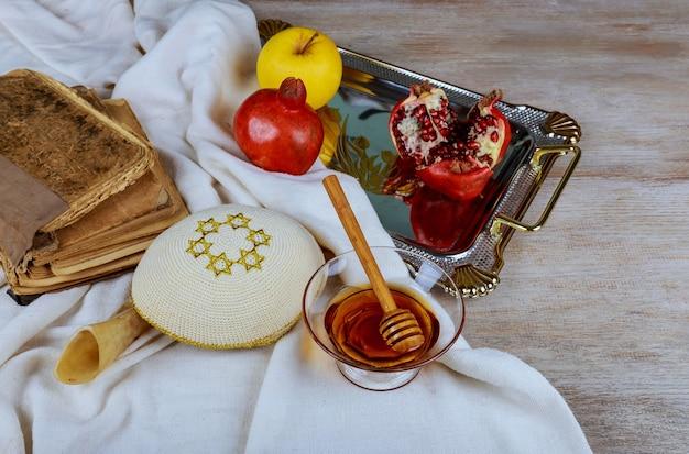 Festa ebraica celebrazione di rosh hashanah sul tavolo festivo