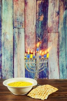 Festa ebraica simbolo cibo ebraico simbolo ebraico hanukkah menorah con candele e zuppa matzo