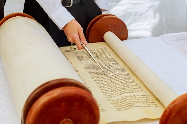 Uomo ebreo vestito con abiti rituali 5 settembre 2016 usa ny mano del ragazzo che legge la torah ebraica al bar mitzvah bar mitzvah lettura della torah