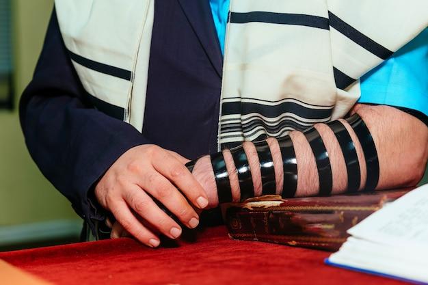 Uomo ebreo vestito con abiti rituali uomo di famiglia mitzvah gerusalemme
