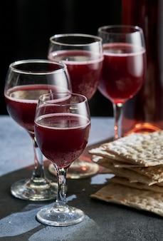 Pane matzah ebraico con quattro bicchieri di vino. pasqua concetto di vacanza.
