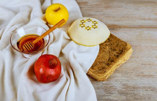 Festa del capodanno ebraico nella celebrazione di rosh hashanah sul tavolo festivo