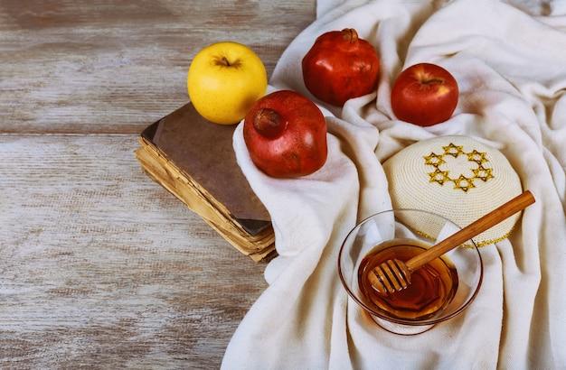 Festa del capodanno ebraico nei simboli della celebrazione di rosh hashanah sul tavolo festivo