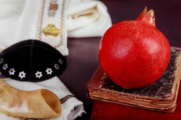 Capodanno ebraico rosh hashana, cibo tradizionale e libro della torah, kippah yamolka talit