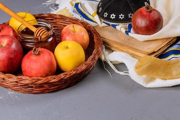 Un capodanno ebraico con miele per la festa della mela e del melograno di rosh ha shana preghi ebraici