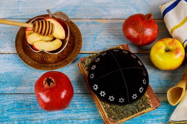 Un capodanno ebraico con miele per la festa della mela e del melograno di rosh ha shana ebrei pregano