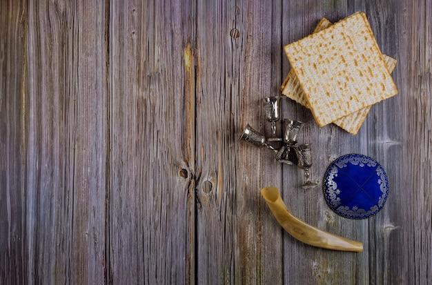 Ebreo ortodosso preparato con quattro coppe per vino matzah kosher durante le vacanze di pasqua