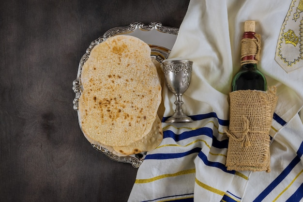 La pasqua ebraica attribuisce nella composizione una coppa piena di vino e la matzah pasquale