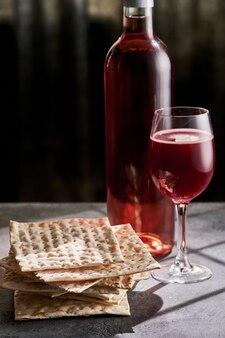 Il pesach ebraico attribuisce nella composizione una coppa piena di vino e la matzah pasquale.