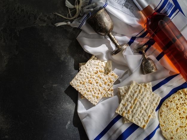 Attributi ebraici di pesach nella composizione del vino e della matzah pasquale, copia dello spazio.