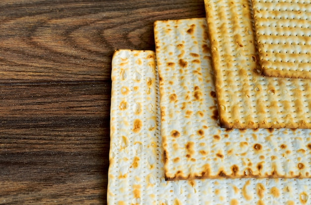 Prodotti ebraici cibo simbolo festa ebraica matzoh per la festa ebraica pasqua pesah su sfondo di legno...
