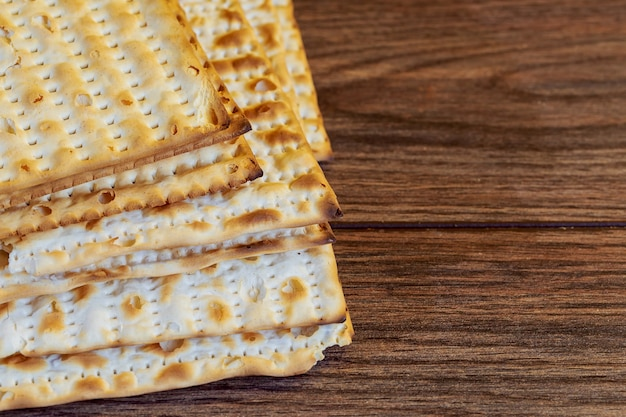 Cibo di prodotti ebraici, simbolo della festa ebraica matzoh per la festa ebraica pesah di pasqua su fondo di legno. vista dall'alto