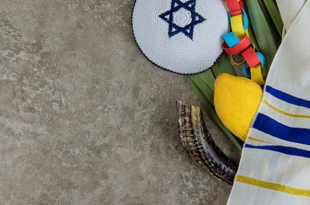Festival di simboli tradizionali religiosi ebraici di sukkot etrog e tallit