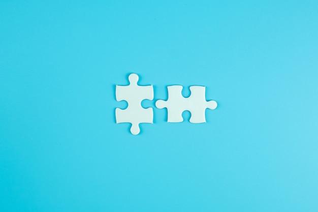 Pezzi di puzzle frequenti con spazio di copia per il testo. soluzioni, missione, successo, obiettivi, cooperazione, partenariato e concetto di strategia