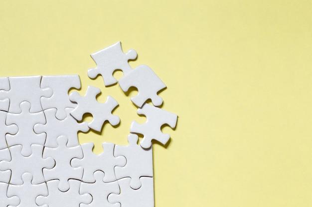 Jigsaw puzzle pezzo bianco su sfondo giallo