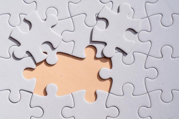 Puzzle pezzi non ordinati su sfondo rosa