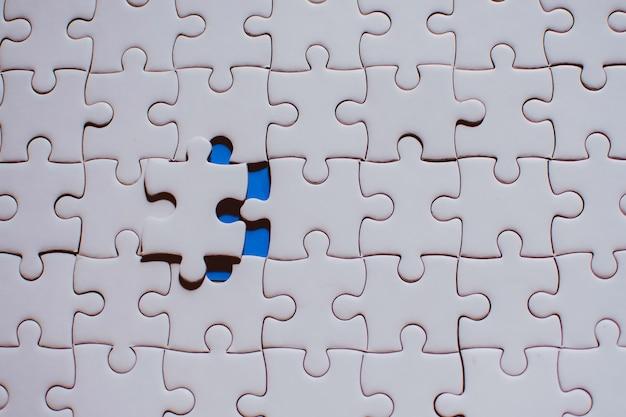 Jigsaw con un pezzo mancante mancante