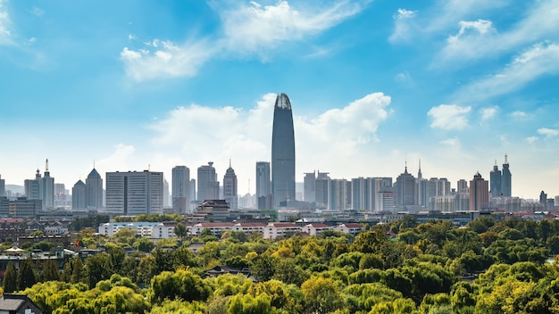 Orizzonte di architettura della città moderna di jinan Foto Premium