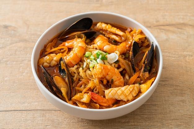 Jjamppong - zuppa di noodle ai frutti di mare coreana - stile di cibo coreano