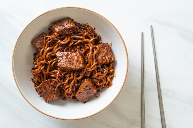 Jjapaguri o chapaguri, tagliatelle piccanti di fagioli neri coreani con manzo - stile alimentare coreano