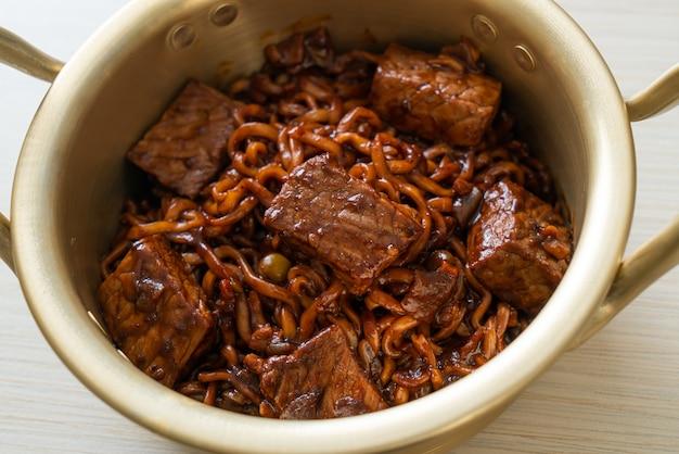 Jjapaguri o chapaguri, spaghetti piccanti di fagioli neri coreani con manzo - stile di cibo coreano