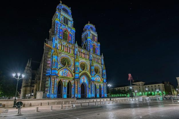 Via giovanna d'arco che sfocia nella chiesa della santa croce a orleans, in francia. illuminato con la tecnica chiamata maping