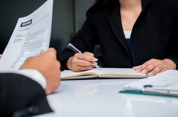 Colloquio di lavoro. l'azienda recluta un nuovo candidato per affari di successo.