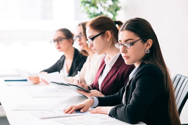 Colloquio di lavoro. selezione dei dipendenti. personale delle risorse umane aziendale che sceglie il miglior candidato per un posto di lavoro vacante.