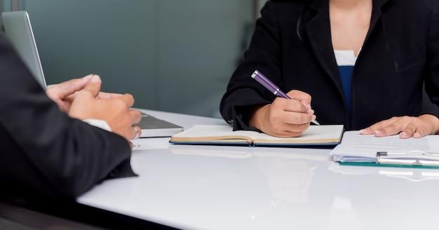 Colloquio di lavoro per processo di reclutamento e nuovo membro del team. azienda recluta nuovo candidato.