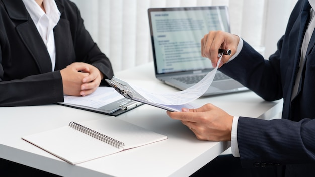 Colloquio di lavoro con il candidato ai responsabili delle risorse umane aziendali in ufficio.