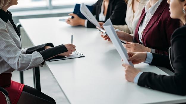 Apertura lavoro. stiamo assumendo. donne delle risorse umane corporative che ascoltano il candidato femminile.