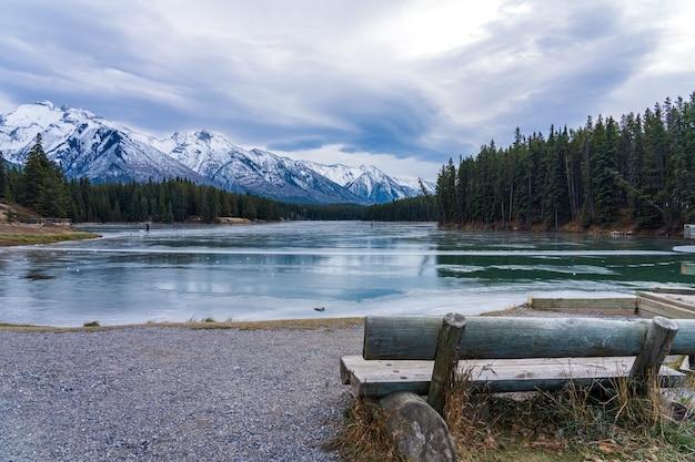 Johnson lake superficie di acqua ghiacciata in inverno il parco nazionale di banff canadian rockies alberta canada can