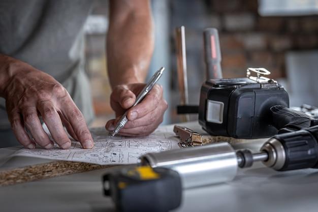 Falegname nel processo di lavoro, misurazioni, precisione di perforazione.