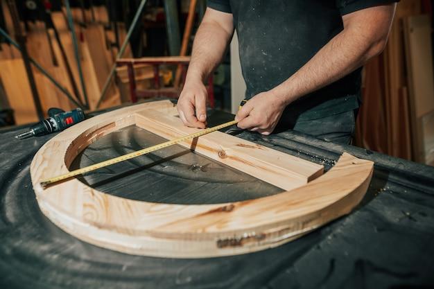 Concetto di falegnameria e lavorazione del legno, falegname professionista, falegname che realizza mobili, artigianato, lavoro di fabbricazione