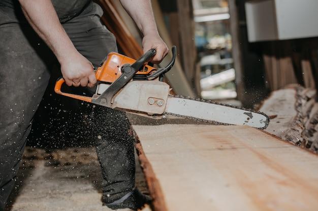 Falegnameria e concetto di lavoro in legno falegname professionista falegname che fa lavori di fabbricazione artigianale di segare mobili