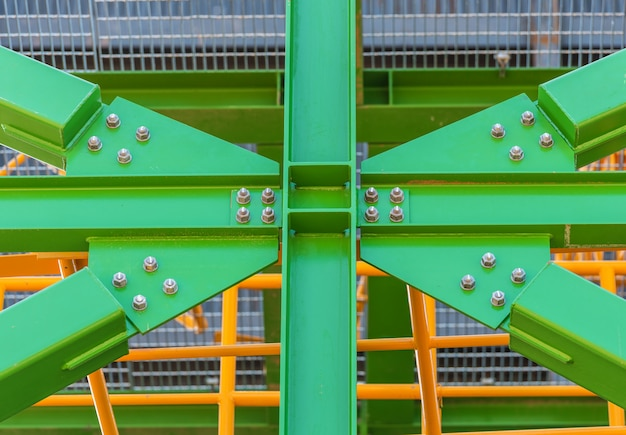 Bullone di giunzione per struttura in acciaio verde in cantiere.