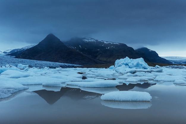 Laguna del ghiacciaio di jokulsarlon, tramonto fantastico sulla spiaggia nera, islanda