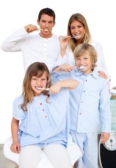 Famiglia allegra che si lava i denti