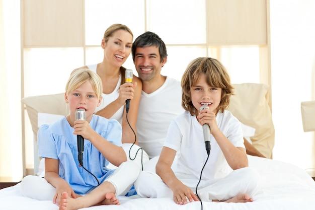 Famiglia allegra che canta insieme