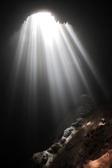 Caverna di jomblang vicino alla città di yogyakarta, java, indonesia