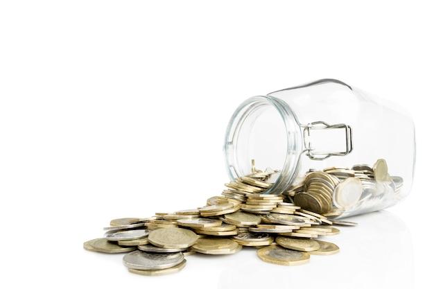 Monete di valuta giordane in un barattolo di vetro