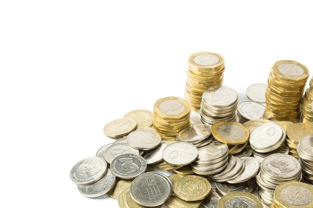 Monete di valuta giordane isolate su bianco